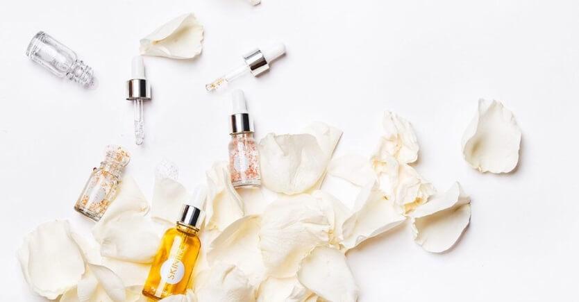 Các serum có chiết xuất thảo mộc dạng thuốc bắc thường được sử dụng để điều trị mụn