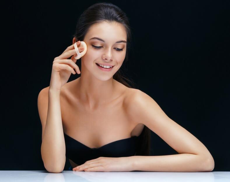 Da khô nên chọn các loại phấn nước có tính dưỡng ẩm cao tránh khô mốc trên da