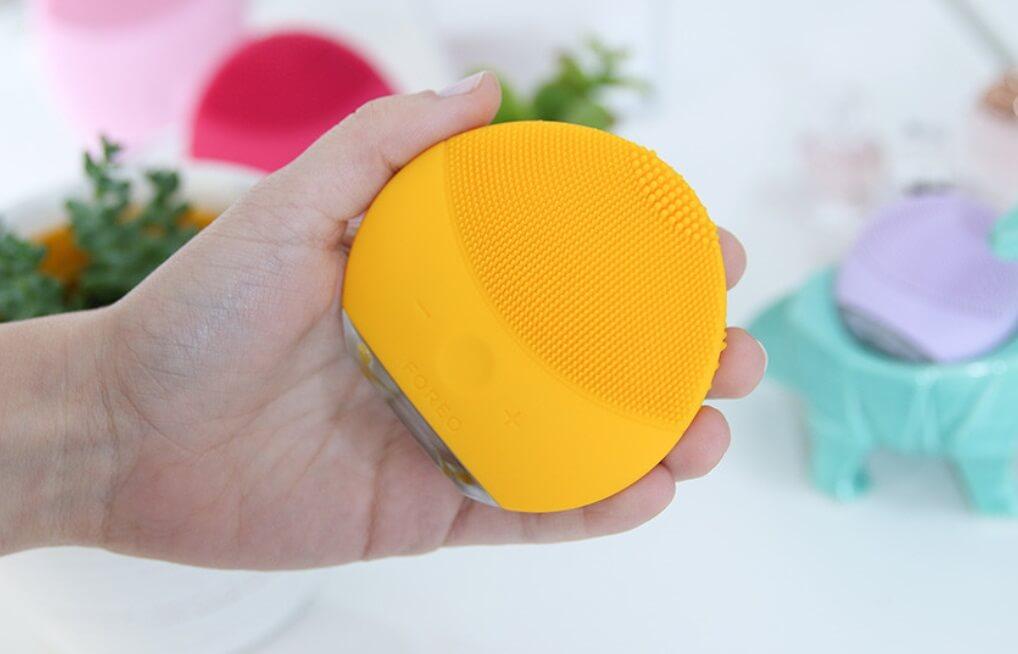 Máy rửa mặt Foreo Luna Mini 2 cầm rất vừa tay