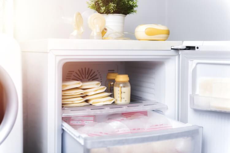 Mẹ có thể vắt sữa trữ tủ lạnh để mẹ ăn dần