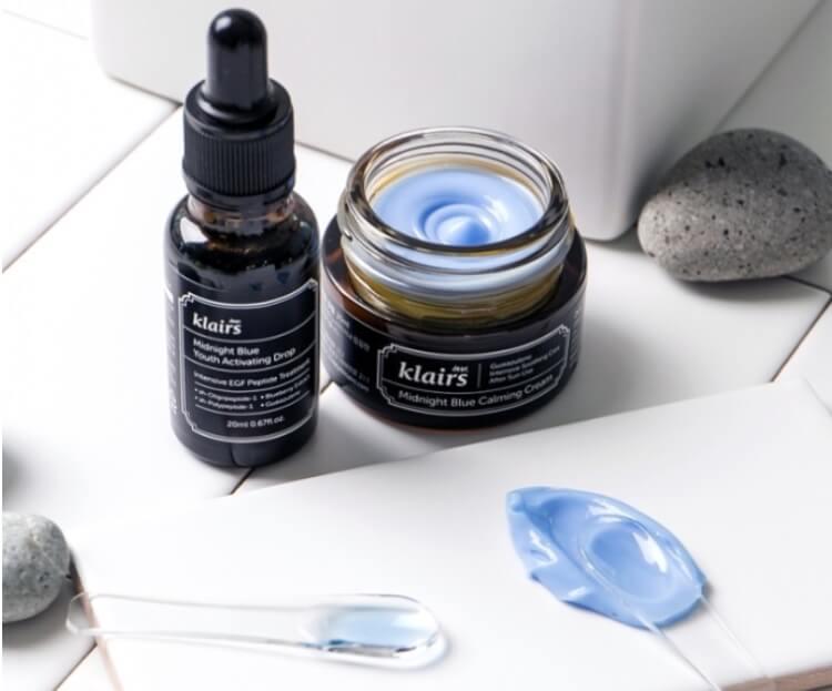 Kem dưỡng da KLAIRS MIDNIGHT BLUE CALMING với màu xanh lam đặc trưng