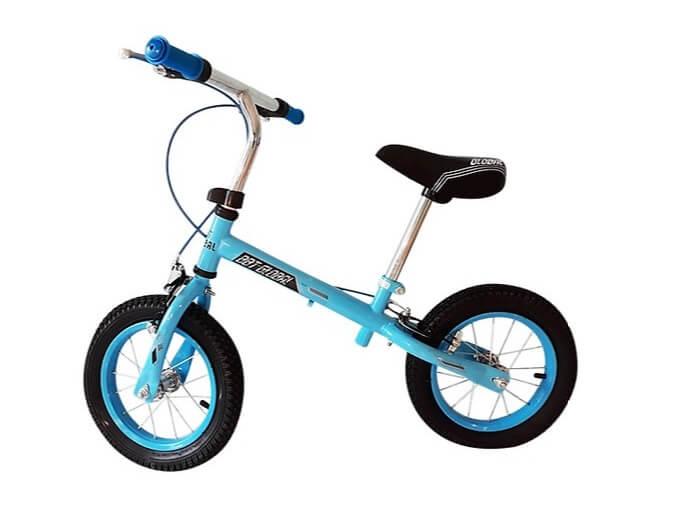 Xe thăng bằng cho bé có thể có phanh tay hoặc không