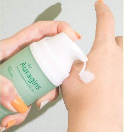 Gel dưỡng ẩm Auragin có kết cấu mỏng nhẹ, thấm nhanh trên da và không gây bết dính