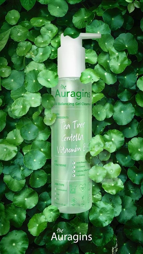 Sữa rửa mặt cho da dầu mụn auragin có kết cấu gel lỏng, tạo bọt tương đối ít